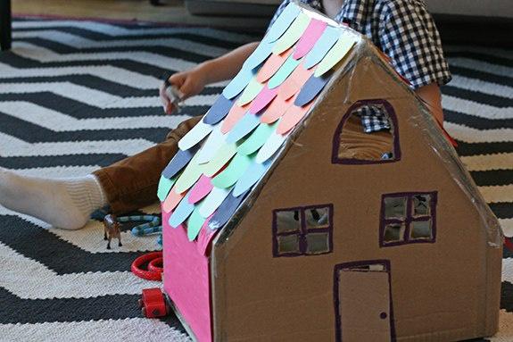 Domeček z kartónu pro zvířátka